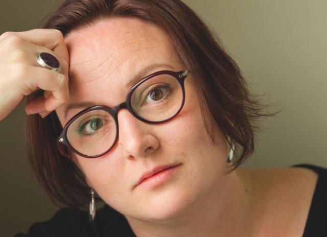 Författaren Jessica Schiefauer ser in i kameran