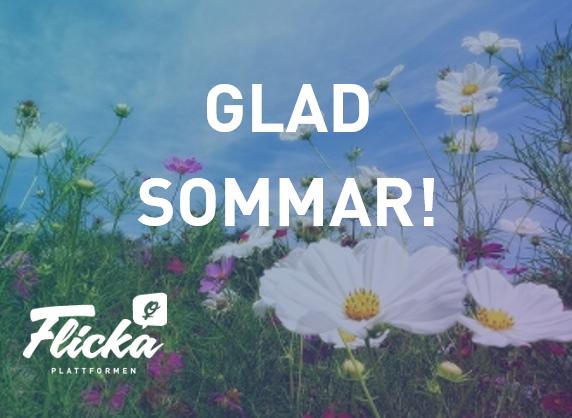 Bild på en sommaräng med texten: Glad Sommar! i vitt, Flickaplattformens logga finns i nedre vänstra hörnet